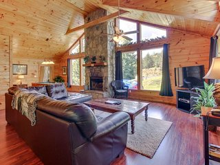 Updated cabin-style mountain home w/ sauna, private hot tub, dogs OK!