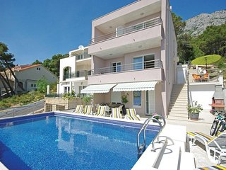 Brela Apartment Sleeps 6 with Pool Air Con and WiFi - 5471968