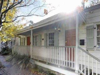 Historic Cottage, 5 min Walk to Shops & Restaurants! Free Street Parking, Privat