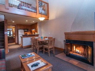 Stunning Banff Mountain Getaway with Hot Pools Access! Sleeps 10!