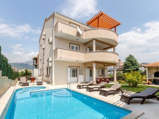 Holiday house with 3 apartments and private swimming pool and jacuzzi