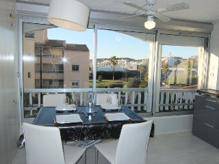 2 bedroom Apartment with WiFi and Walk to Beach & Shops - 5699344