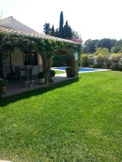 Vista de la villa y la piscina