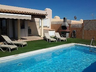 2 bedroom Villa with Pool, WiFi and Walk to Beach & Shops - 5697864