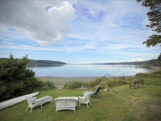 Beautiful Beachfront House, Kayaks, Dog Friendly, Wi-Fi, Affordable