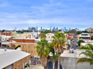 Brunswick Central Penthouse - 2br, 2ba, cafes shops restaurants bars trams parks