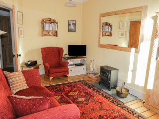 TOM HEIGHTS, romantic, WIFI, private parking, shop & pub 5 minute walk, in Amble