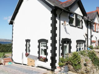 1 CAE GLAS CRESCENT, WIFI, velux windows, views to Conway Bay, outskirts of Dwyg
