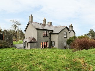 NORTH WING AT PENMAEN, private patio, open fire, WiFi, in Pwllheli, Ref 955387