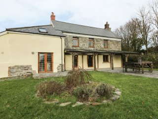 LOWER WEST CURRY FARMHOUSE, spacious, countryside views, pet-friendly, in Launce