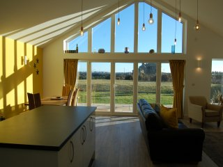 Beautiful, modern bungalow 5 mins walk from the stunning Bay of Trearddur