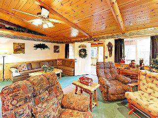 3BR Log Cabin w/ Private Deck & Hot Tub in Fox Farm - Near Ski Resorts