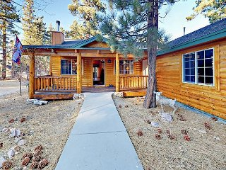 3BR Log Cabin w/ Private Deck & Hot Tub in Fox Farm - Near Ski Resorts
