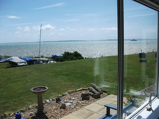 Enjoy panoramic seaviews across The Solent detached luxury bungalow SKY BTWIFI
