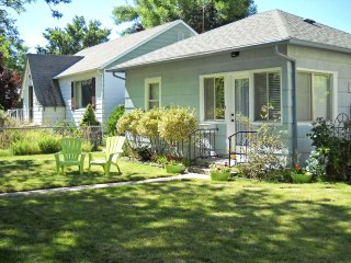 Vintage Downtown Cottage - Walk to River Greenbelt
