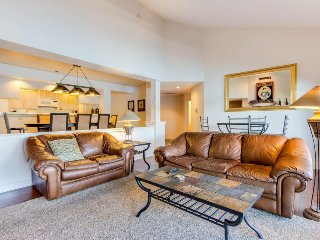 Charming lakefront condo w/balcony & on-site marina & pool!