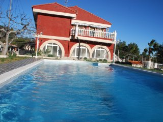 Villa Monte Alegre GF, 4 Bedrooms, Pool, Garden, BBQ, Free Parking
