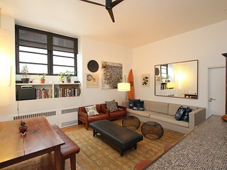 Expansive 3 bedroom 2 bath room 14' ceilings in historic building and hippest