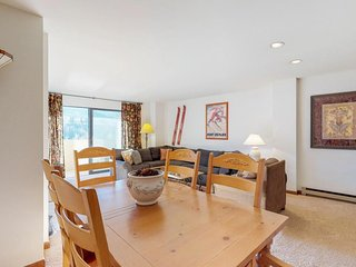 Mountainview condo with a balcony and gas fireplace - close to the slopes