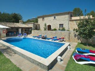 Contempla la hermosa vista y relajate en la piscina de Villa Campet Gran