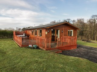 NORTHUMBERLAND LODGE, open-plan, hot tub, all ground floor, near Barnard Castle,