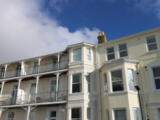 DISTANT SHORES, sea views, family friendly, close to local amenities, in Ventnor