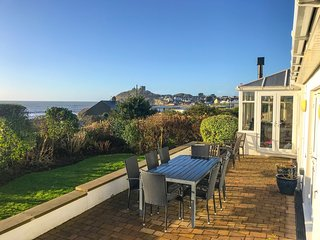 THE BEACH HOUSE, views of Criccieth beach and castle, en-suite, garden with hot