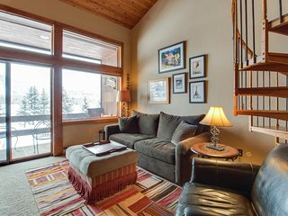Cozy home w/ views, shared sauna & hot tub - close to skiing, walk to the lake!