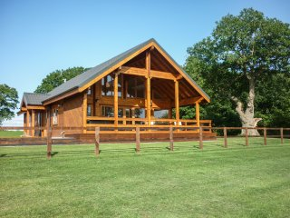HAMPTON LODGE, luxury lodge, large bedrooms, hot tub, country views, Ellesmere