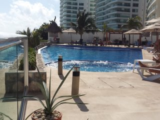 OCEAN DREAM 1 BEDROOM SEAVIEW CONDO ON BEACH, WITH KITCHENETTE, WIFI, 2 POOLS