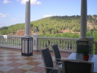 Casa con hermosas vistas, montaña, agua y cielo