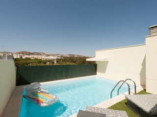 LG26 Modern 4 bedroom penthouse with private rooftop pool