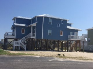 NEW LUXURY BEACH APARTMENT $1000/WK BEACH BAY &POOL SLEEPS 4!