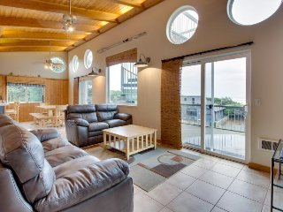 Dog-friendly beach duplex  w/private hot tub, multiple decks & Jacuzzi bathtub