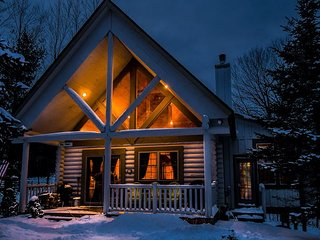 Cute & Charming 3 Bedroom Log Home w/ Hot Tub in quiet community!