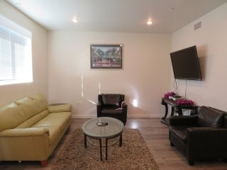 2 Bed/2 Bath Top Floor Unit In Van Nuys