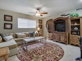 Pet friendly, Pool & BBQ Grill, Within a mile of Downtown Gilbert -This home is