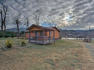 Riverfront Hot Springs Log Cabin w/Private Hot Tub
