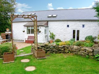 THE BARN, barn conversion, woodburner, garden with hot tub, Ref 18938