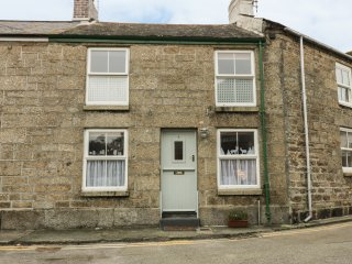 4 TOLCARNE TERRACE, romantic retreat, seaside location, open-plan, in Newlyn