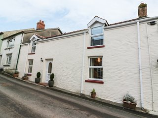3 HORSE POOL ROAD, wood burner, WIFI, garden with pond and patio, in Laugharne