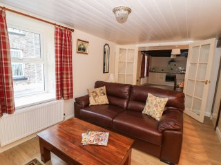 3 HORSE POOL ROAD, wood burner, WIFI, garden with pond and patio, in Laugharne,