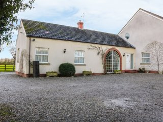 ROSE VILLA, all ground floor, countryside views, cosy retreat, Ref. 953650