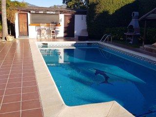 Estepona villa with pool & pool bar