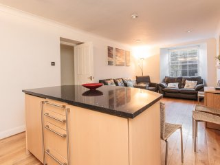 Lovely Apartment in Heart of City Centre - Sleeps 9.