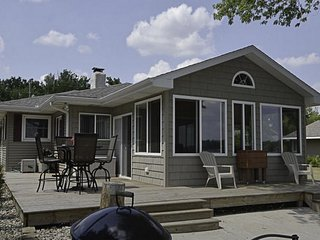 Charming Cottage on Beautiful Gravel Lake **private beach right at the house**