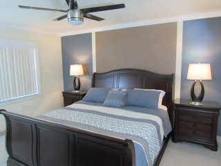 Lavish 2BR Condo - 1 Mile from IMG Academy/Mins to Beaches & Anna Maria Island