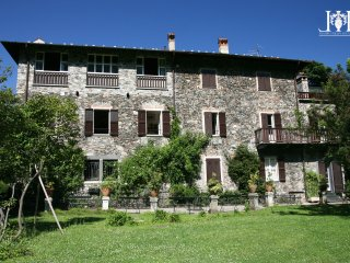 La Casetta nel Parco: surrounded by a pristine garden on Lake Como..
