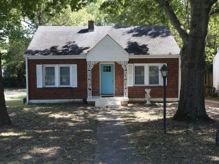 Big Bungalow 4BR 2BA  8 mins to Downtown Nashville