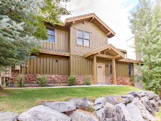 Home for 11 w/private hot tub; mountain views & fireplace